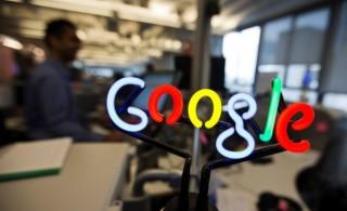 Las ventas del gigante de internet Google Inc subieron un 11 por ciento en el segundo trimestre, a 17.730 millones de dólares, impulsadas por un aumento de la venta de publicidad. En la imagen, un logo de Google realizado en neón en una oficina de la compañía en Toronto, 13 nov 2013. REUTERS/Mark Blinch